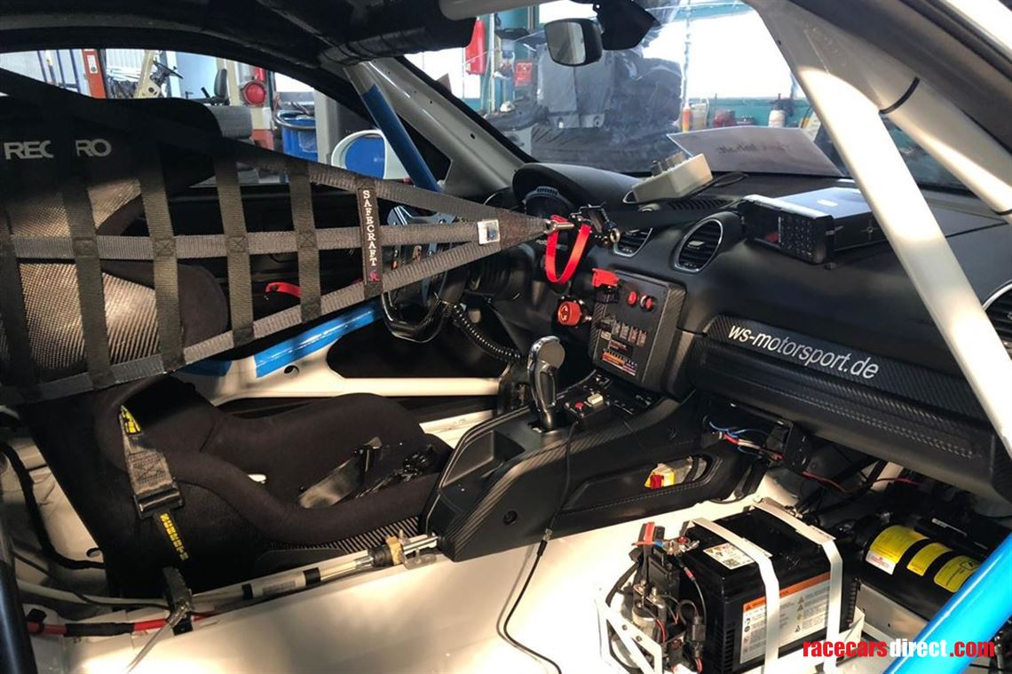 driver-seats-available-on-porsche-718-gt4-sp1