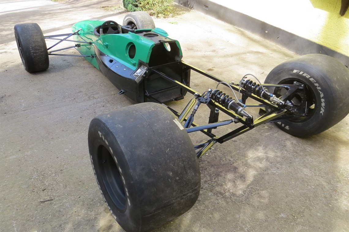 Racecarsdirect.com - This is a Lola B02/00 carbon tub/rolling chassis.